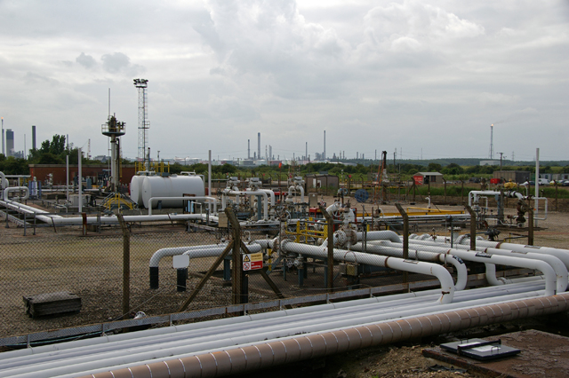 Humber_Bank_Oil_and_Gas_Facilities_-_geograph.org.uk_-_863644